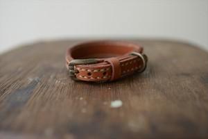 レンガ色の革で作った手縫いの小型犬用首輪