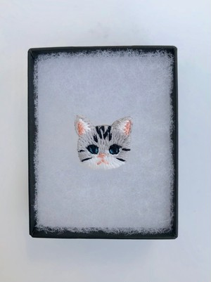 ストライプキャットミニ刺繍ブローチ