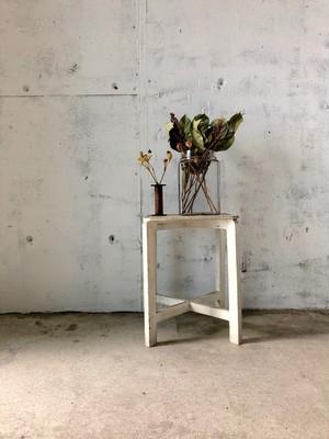 シャビーな白い飾り台[古家具]
