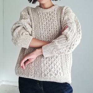 MARBLED CABLE KNIT SWEATER.