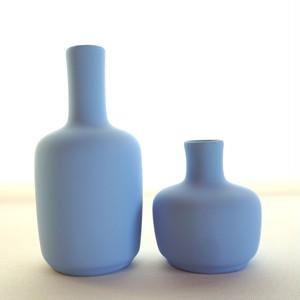 手で包み込みたくなるフラワーベース。Solene Choco Imperial blue