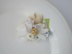 ふわり浮き立つ白い森の花ブローチ。Floating flower