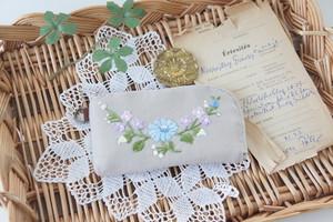 刺繍のキーケース(ベージュ×クレッセント)