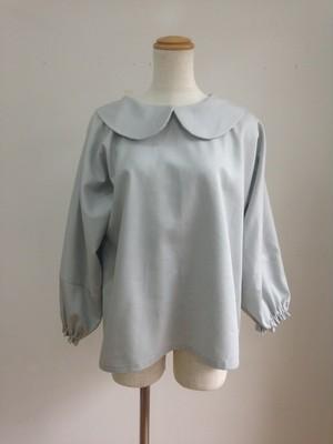 ビジネスシーンで着たい、シンプルできれいな丸襟ブラウス(ミスターグレー) 一点物