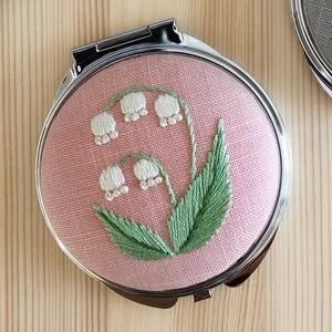 スズランの手刺繍コンパクトミラー pink