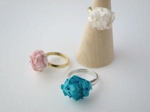 小さな花々を摘んで束ねたようなリング。 Petit