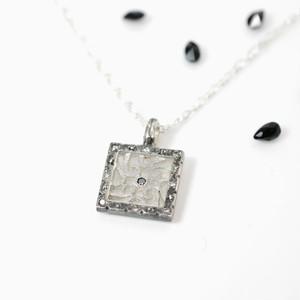 いぶし銀 ブラック/ブラウンダイヤモンドが入った透かし彫金ペンダント