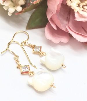 白蝶貝(ホワイトシェル)&CZダイヤの猫ちゃんイヤリング(ピアス)