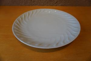乳白釉ねじり文8寸皿【土井義男】