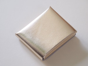 【i ro se】SEAMLESS SHORT WALLET 二つ折り財布 SILVER