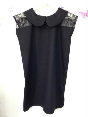 レースがエレガントさを演出するクールな丸襟のリトルブラックドレス。ショート丈。