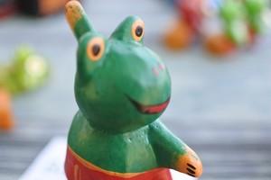 木彫りの動物 カエル サーファー
