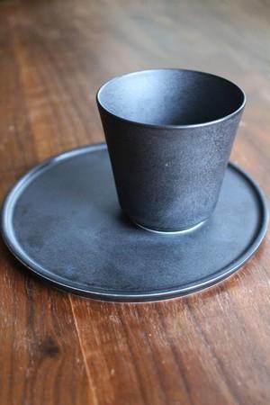 黒のスタイリッシュな器 陶芸作家【宮崎雄太 器とデザイン】湯呑み&茶菓子皿ソーサーセット (BLK)