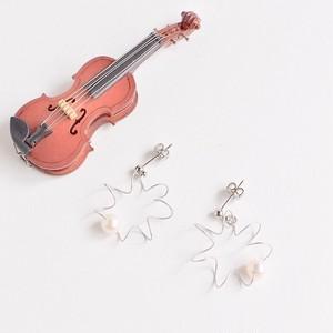 ヴィオラ弦と大粒パールのふるふるピアス V-616 Viola strings spring pierced earrings