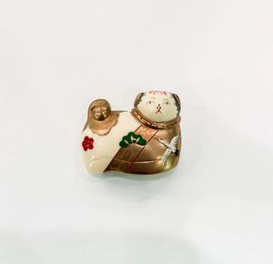 象牙色の樹脂に金彩・色漆の犬筥のブローチ