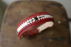 マカロニの白と赤の革の首輪(スタッズ付き)