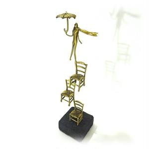 フィギュア(F12) 「積み上げた椅子の上に立つ傘を持った妖精」 19×4.5×4.3 cm