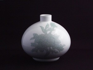 【井上萬二作】白磁緑釉牡丹彫文壷