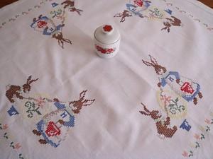 【エッグペイント中♡】可愛いワンピース姿のウサギがエッグペイントする手刺繍 テーブルクロス/ヴィンテージ・うさぎ