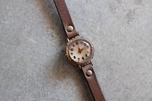 ケースに粒々が付いた時計