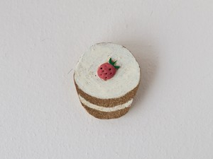 いちごのカップケーキのブローチ