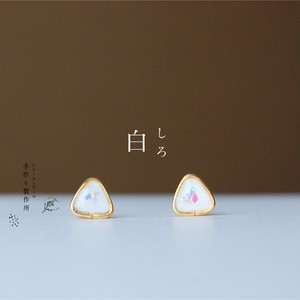 白いピアス  【樹脂ピアス / イヤリング】