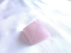神聖幾何学ローズクォーツ ピラミッド型 4cm