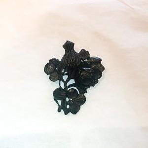 ジェット風の黒い樹脂製、薔薇とアザミのブローチ