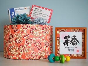 7つのていねい。名言おむつケーキdayoraシリーズ【オレンジピンク花柄和紙×ブルー系コサージュ】【出産祝いおむつケーキ/和風】