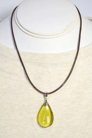 琥珀のささやき グリーンアンバーのネックレス