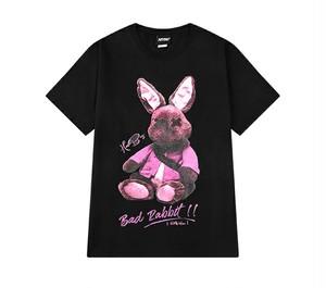 メンズ半袖Tシャツ。ラビットぬいぐるみ風プリントとロゴブラック/ピンク2カラー