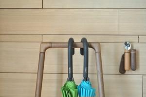 シンプルなデザインの傘かけ ウォールナット