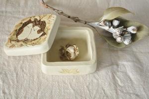 巣篭もり鳥の陶箱