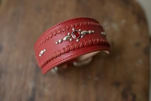赤い牛革を使った幅広のスタッズ付のイタグレ首輪