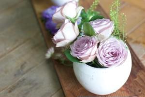 白い陶器の花器