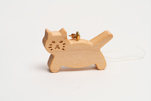 木のストラップ・歩き猫