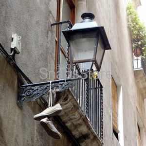 街灯にかかったスニーカー Sneakers caught on a streetlight