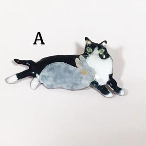 Hoshiito 猫さんと戯れるうさぎさんブローチ(新宿店)