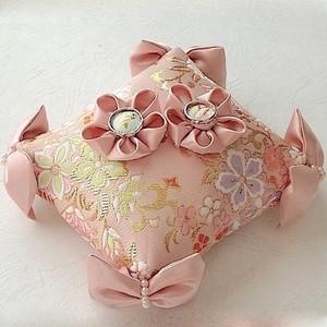 角にリボンを飾った淡いピンクの和風リングピロー
