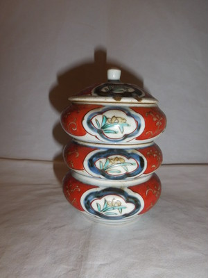 伊万里色絵三段重 Imari colored porcelain (three-tiered box)