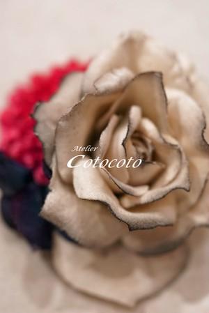 *大人のさし色が効く!グレイのバラのコサージュ20958