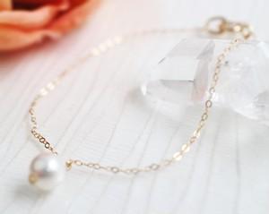 あこやバロック真珠と極細チェーンのミニマリスト・ブレスレット