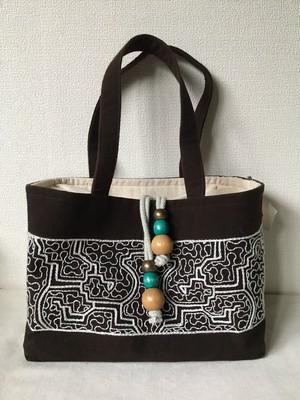 泥染め刺繍厚底バッグ 白刺繍 巾着ふた アマゾン・シピボ族の刺繍