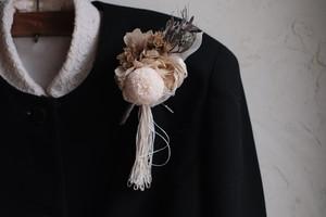 ホワイトマムのコサージュ~糸を添えて~