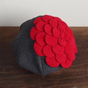 お花ベレー/グレーに赤い花