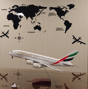 送料無料 エミレーツ A380 UAE 模型飛行機 LED点灯 1/160 スタンド付