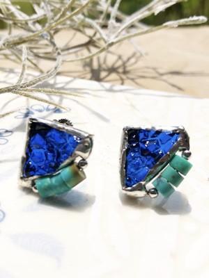 小さめシリーズ♡ブルーのキラキラなアンティークガラスに天然ターコイズのビーズのイヤリング