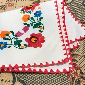 真っ赤なかがり刺繍のハンガリークロス