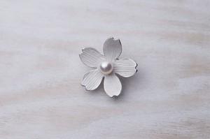 普通の真珠屋の【アコヤ真珠(花珠)桜ブローチ】