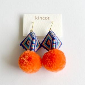 kincot 糸巻きポンポンピアス(オレンジ×ネイビー)